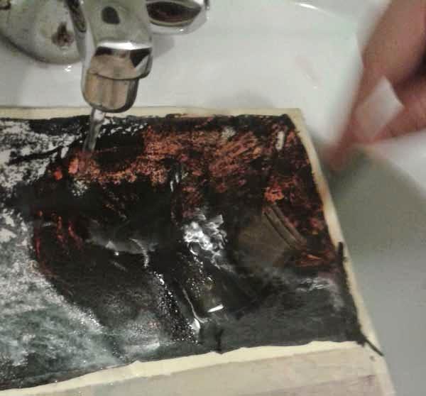 retirando la capa de tinta sobre la tempera
