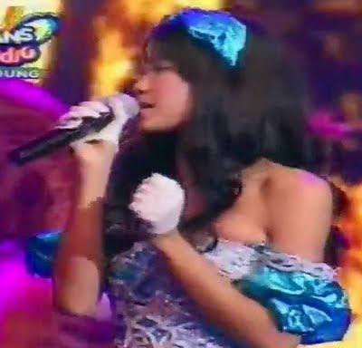 Widi Vierra Baju-nya Melorot Saat Launching Di Trans Studio