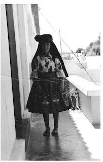 Uma Menina Kimbar com o traje da Nazaré