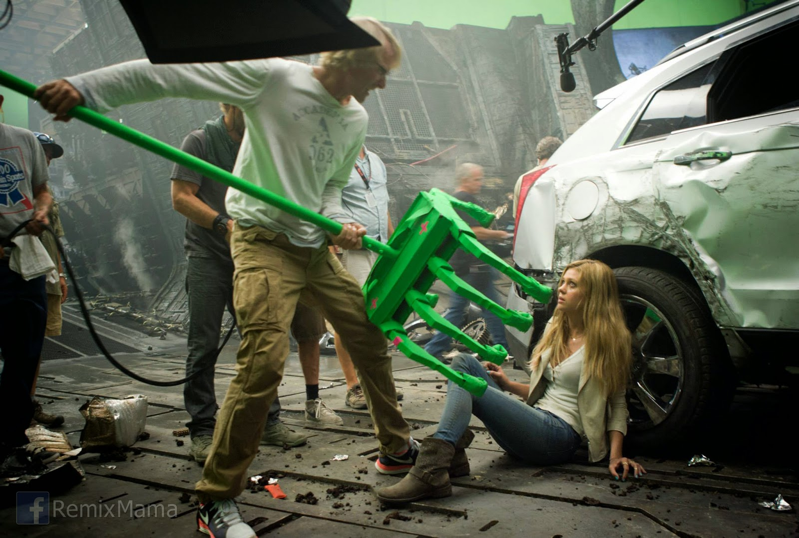 who plays Tessa Yeager) on the set of TRANSFORMERS AGE OF EXTINCTION