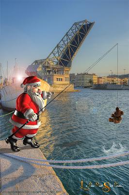 Le Père Noël pêche au bord du canal à Sète