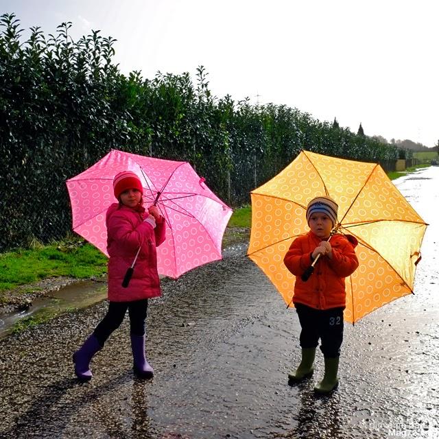 Fotografia di due bambini con ombrello