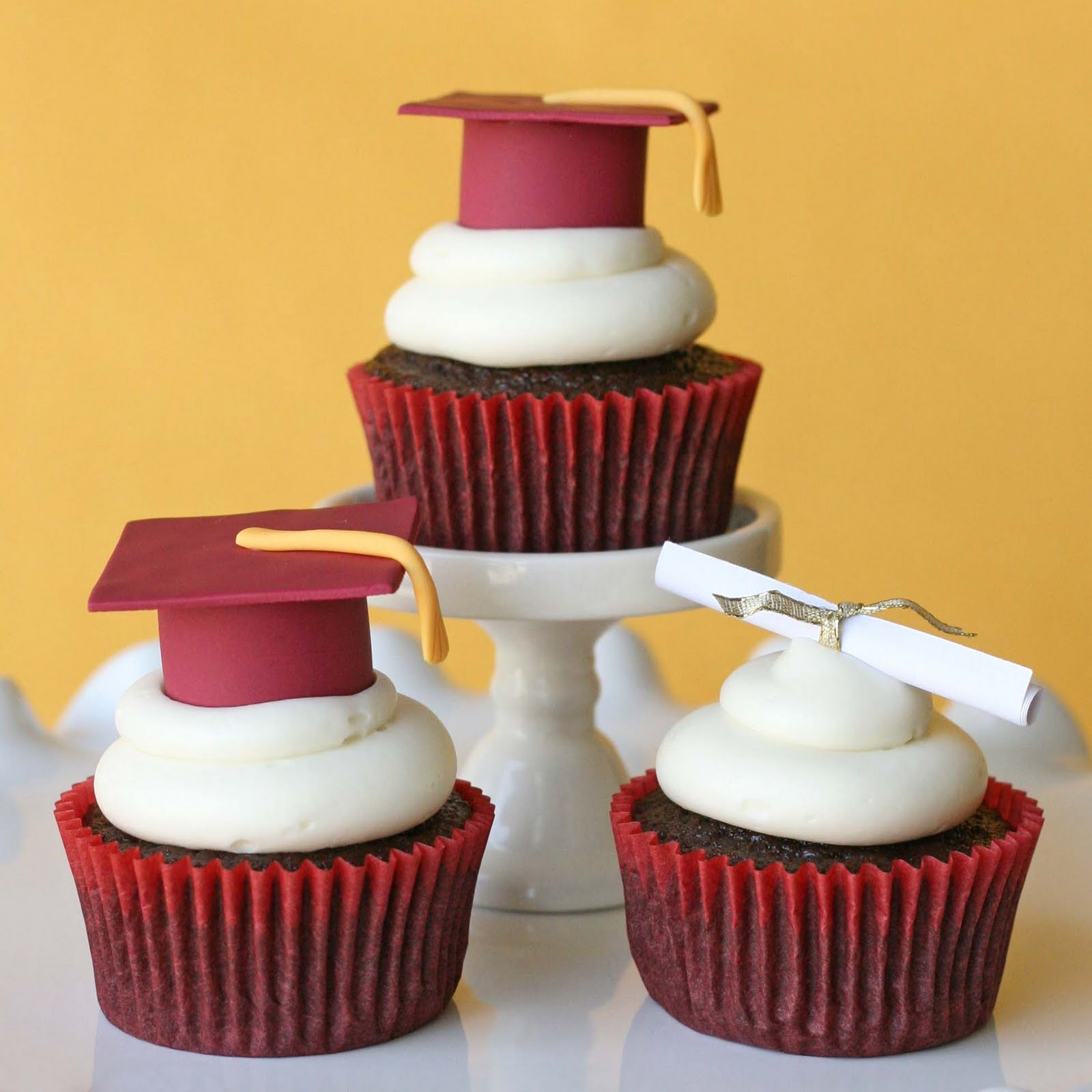 Graduation Cupcakes and How To Make Fondant Graduation Caps