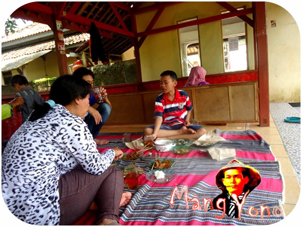 Gugum Si Sulung, masih tengok kiri kanan cari makanan yang siap di santap hehe