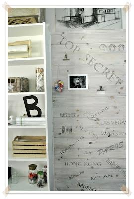biała regał,drewniana ściana,deski na ścianie transfer na drewnie DIY