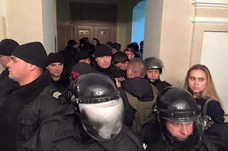 В Кировограде «Правый сектор» захватил судей и прокуроров в заложники и угрожает взорвать суд