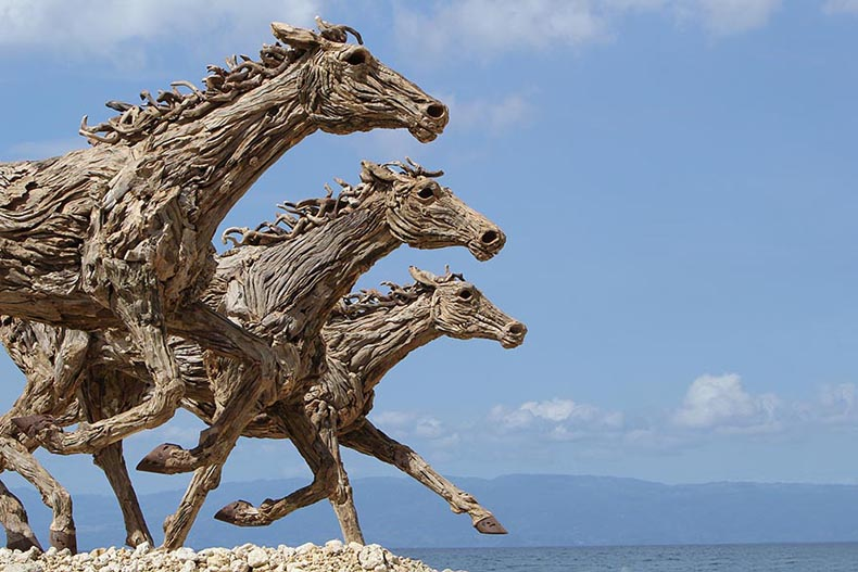 Impresionantes esculturas de caballos hechos con trozos de madera
