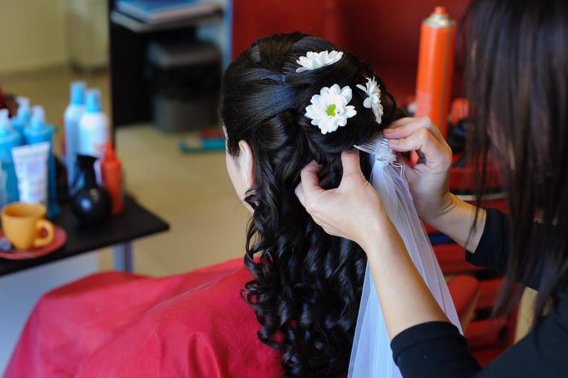 nuotakos šukuosena su gėlėmis