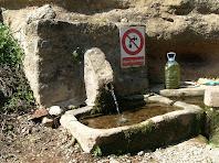La Font de la Fàbrega en la que s'aprecien les dues primeres piques del recorregut pel que passava l'aigua