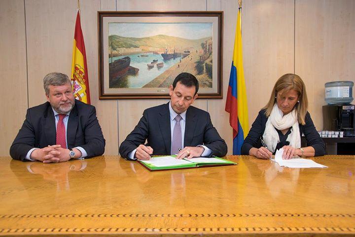 Instantes en los cuales el Contralmirante Jorge Carreño, Presidente de Cotecmar firma el acuerdo con los astilleros Navantia.