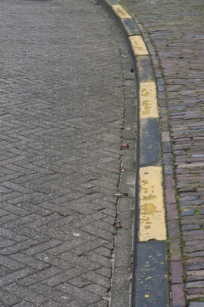 single yellow street curb