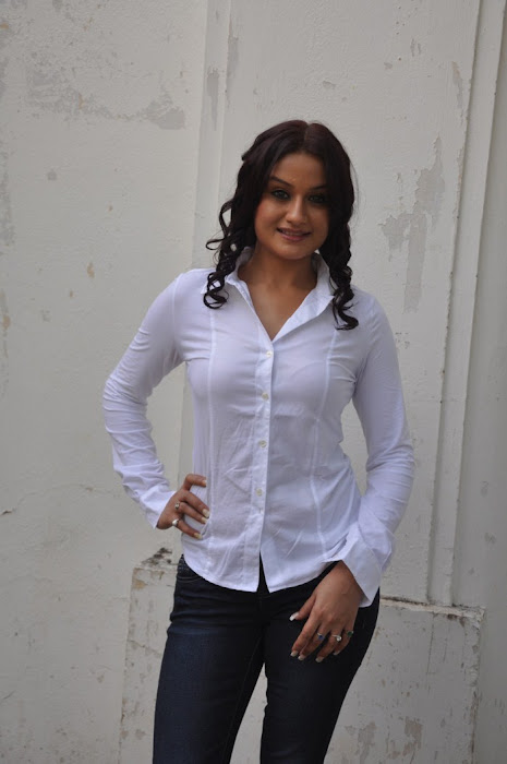 sonia agarwal @ oru nadigayin vakkumoolam movie launch actress pics