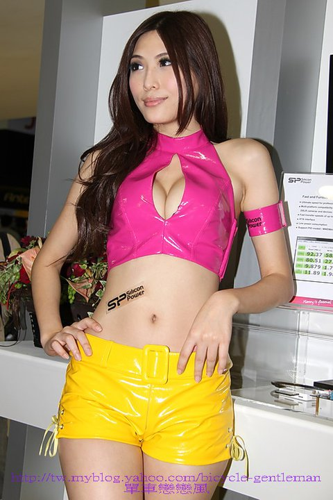 li xiao xing sexy yellow shorts 01
