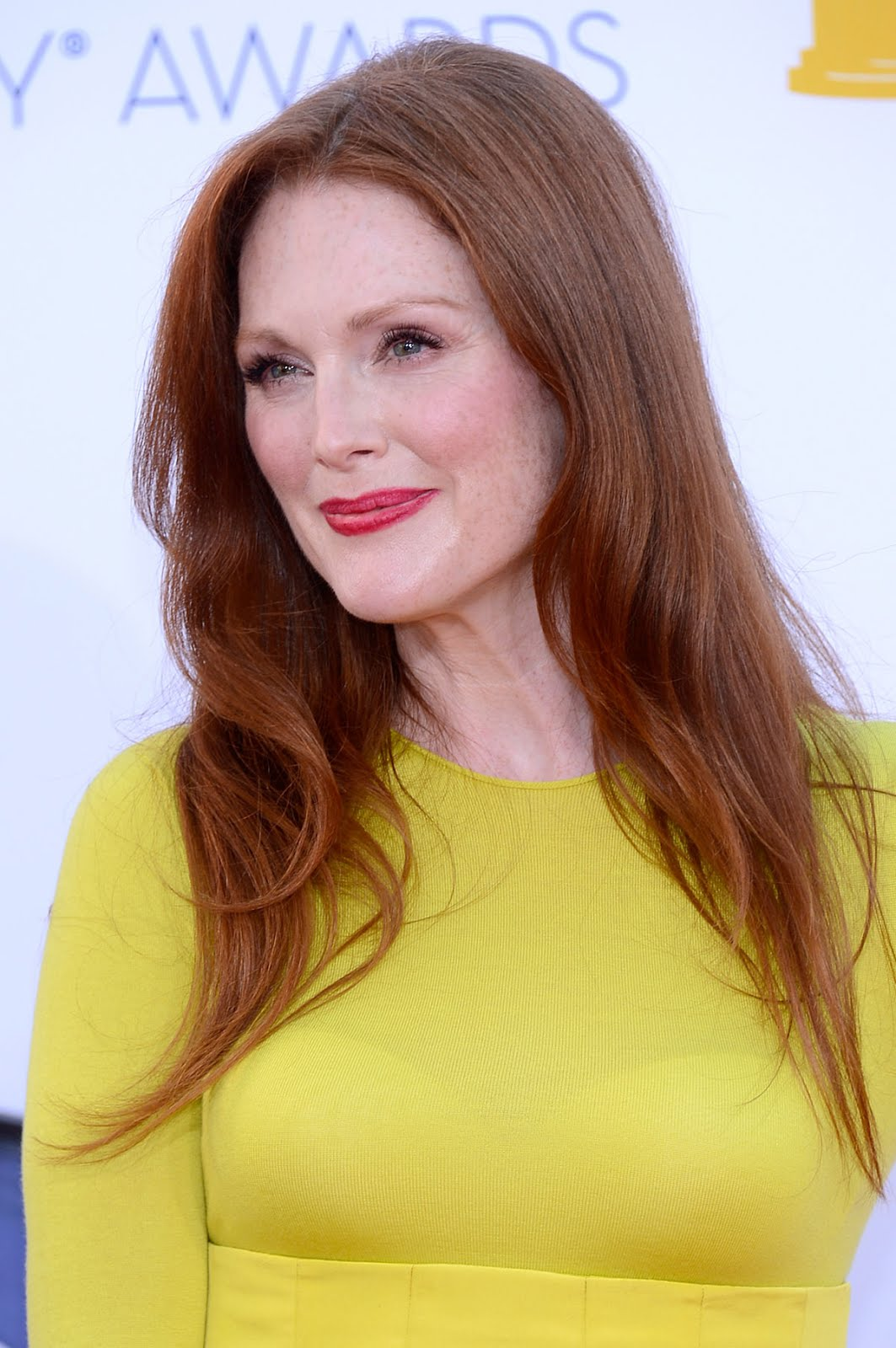 http://2.bp.blogspot.com/-NUpAa-oGkeo/UGLgle6Mv-I/AAAAAAAAB6E/Fj-cupTek_Y/s1600/JULIANNE-MOORE-at-64th-Primetime-Emmy-Awards-in-Los-Angeles-2.jpg