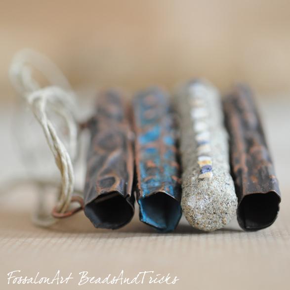 Fossalon Art e Beadsandtricks, ciondolo in rame, corda e sabbia