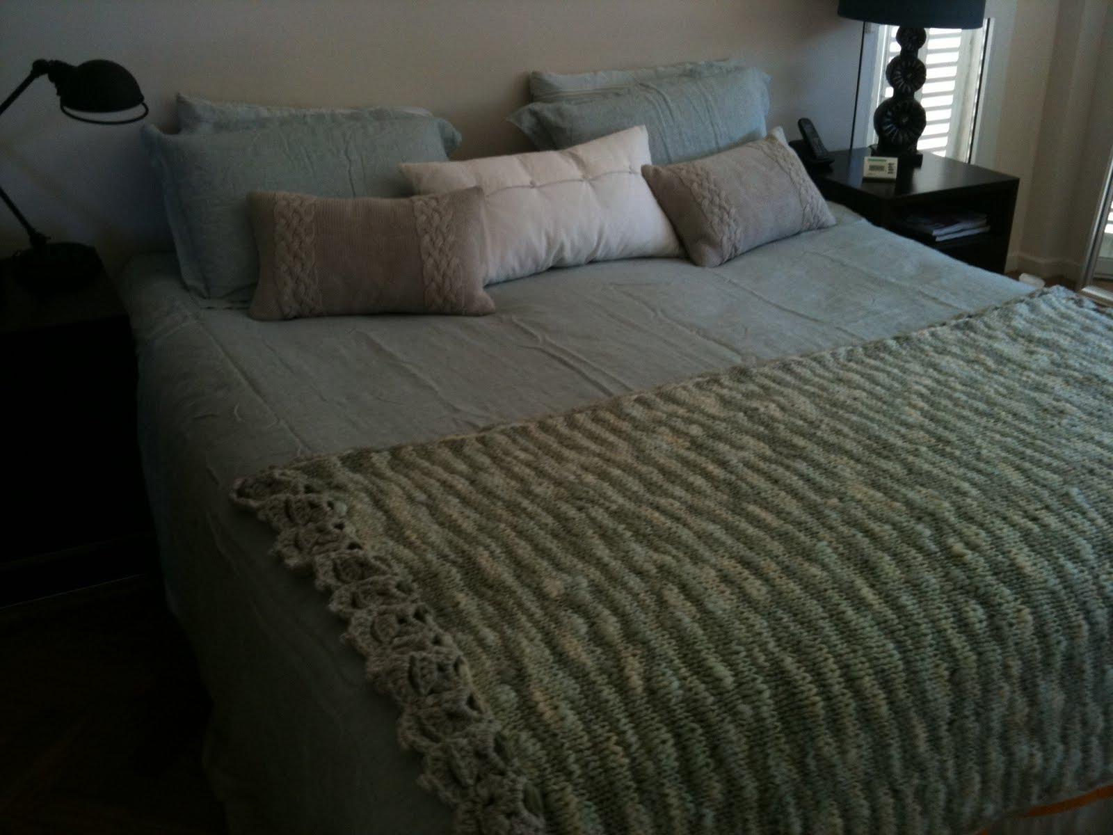 de cama en pura lana natural, tejida a mano en dos agujas y crochet