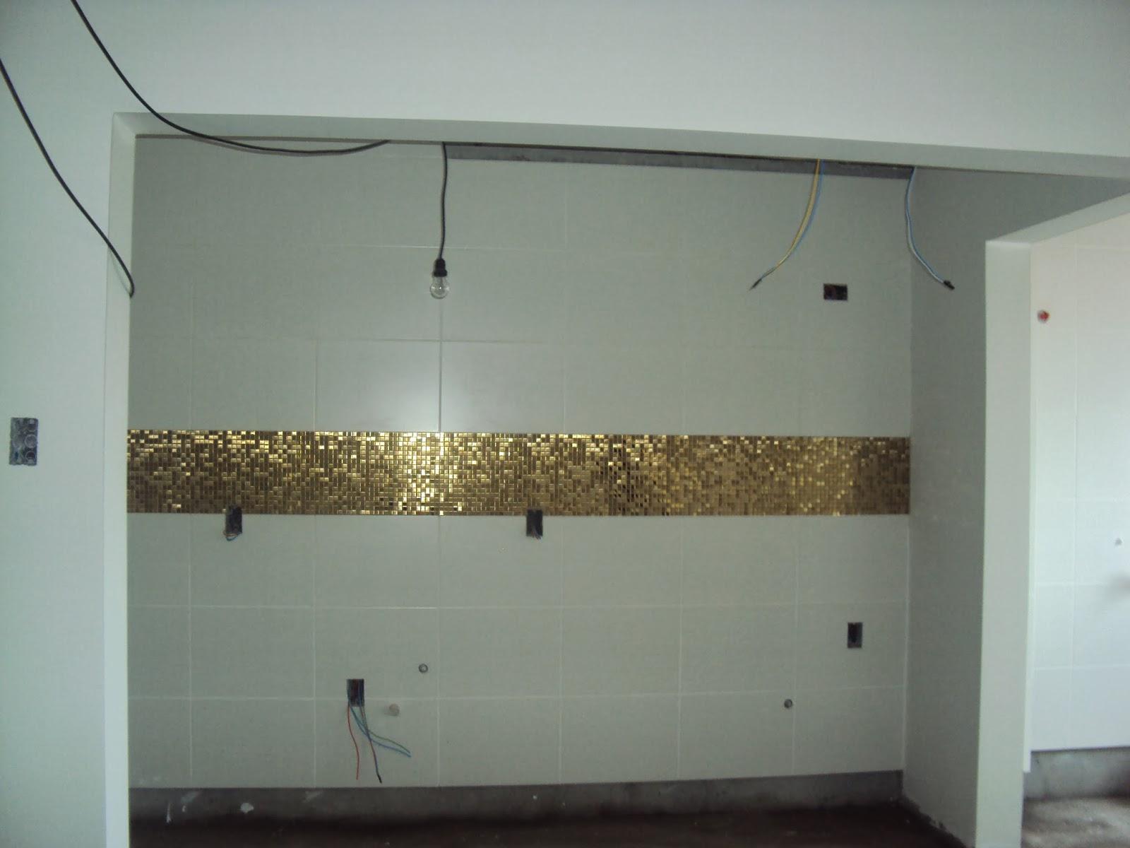 espera do meu primeiro apê: Revestimentos sendo colocados =) #5D4F34 1600x1200 Banheiro Com Pastilhas Douradas