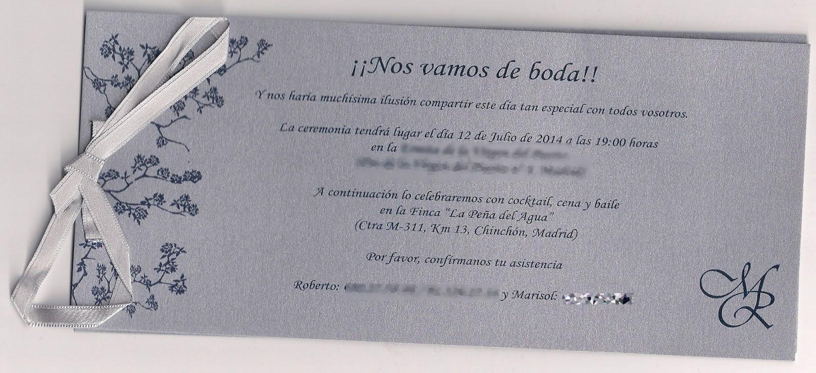 Cartulina gris metalizada en tarjeta principal de la invitación de boda