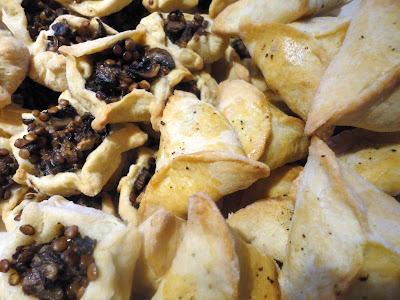 Mini-samsy z brokułem i oscypkiem i mini-knishe z soczewicą i pieczarkami
