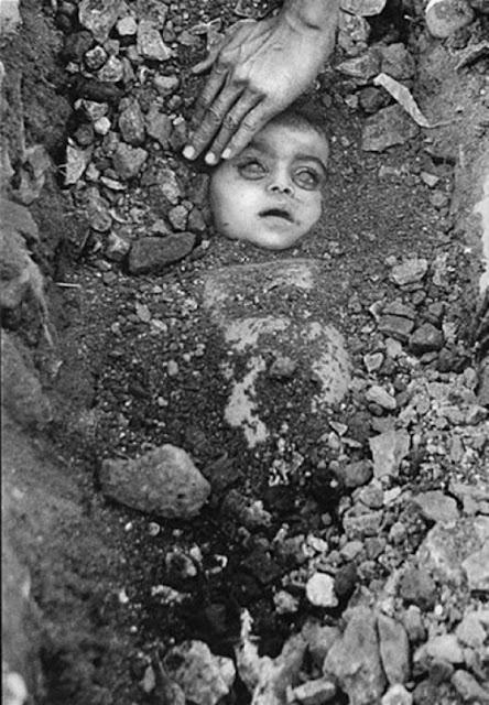 عجائب الدنيا وهل تعلم - تم تصويرها بواسطة المصور الصحفي الهندي راغو راي، عن مأساة الكارثة الكيميائية في بوبال خلال عام 1984.