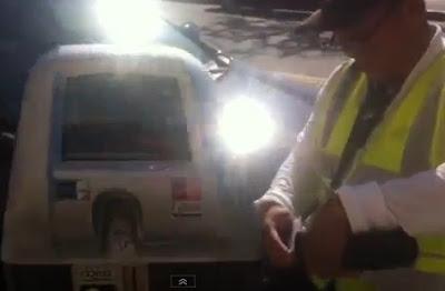 policia atrapado poniendo una multa cuando aún quedaban minutos en el parqueo