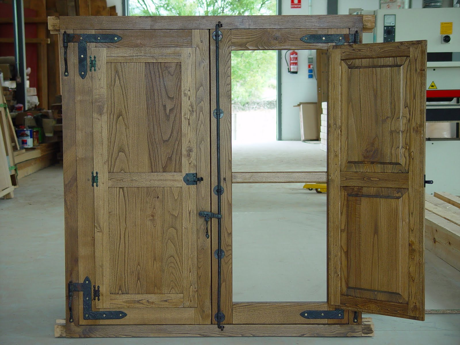 Carpinteria de madera corriols artesanos de hervas ventanas for Herrajes para muebles rusticos