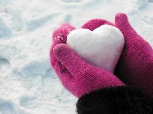 أشياء يقوم بها الرجال وتكرهها النساء بشدة,يد تمسك قلب,hand holding heart
