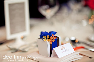 outdoorsolemnisation_orangeandblueweddingfavor