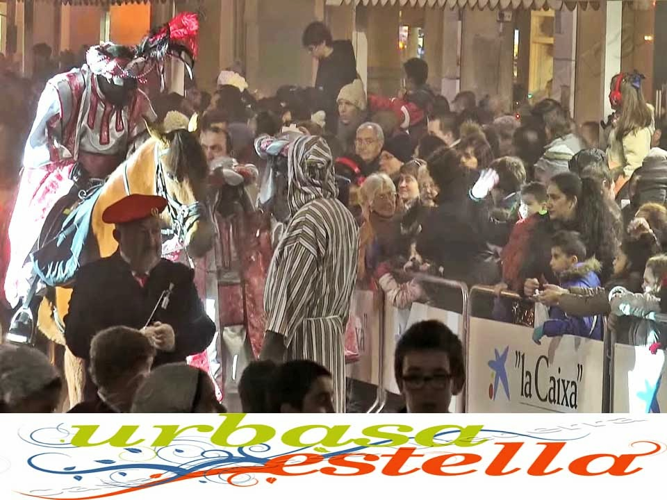 La  tarde noche de la víspera de reyes [5 de Enero]  es un día que los estelleses y merindanos marcan en su calendario  festivo de una manera especial.  La festividad de los Reyes Magos de la Ciudad Medieval de Estella Lizarra, en Navarra Naturalmente,  a diferencia de otros eventos festivos, participan en la celebración de los actos festivos, tanto padres como  los hijos, que tienen la ilusión de ver y conocer a  los 3 reyes magos, los cuales serán los que les  dejen los regalos que con tanta ilusión les han pedido.  Por ello el 5 de Enero de cada año, la Ciudad Medieval de Estella Lizarra  se convierte en una fiesta social y participativa, a diferencia otros eventos festivos,  en los cuales, los propios estelleses y vecinos  de la Comarca Urbasa Estella  asisten más como espectadores.  http://casaruralnavarraurbasaurederra.blogspot.com.es/
