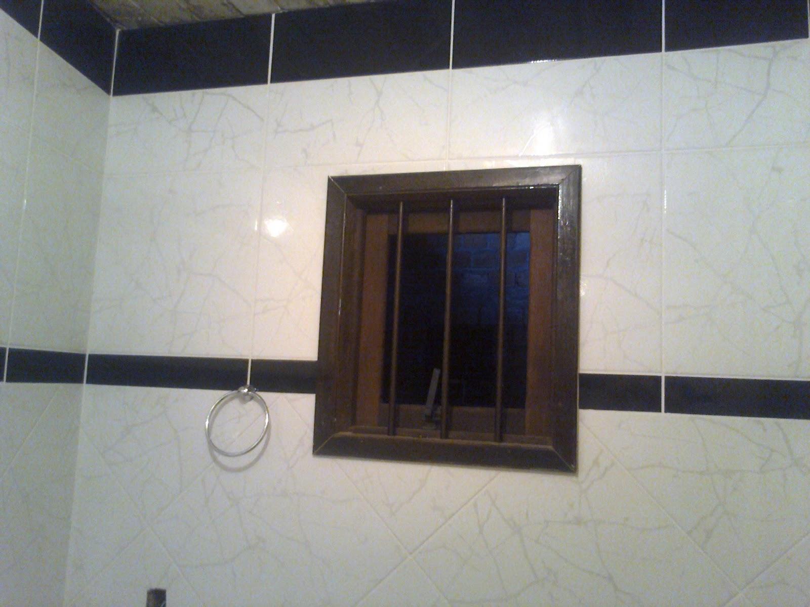 Banheiro branco e preto: paredes com piso na vertical e no meio na  #59483F 1600x1200 Azulejos Banheiro Preto E Branco