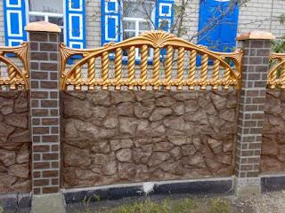 Каменный забор с кирпичными столбами. Фото 12