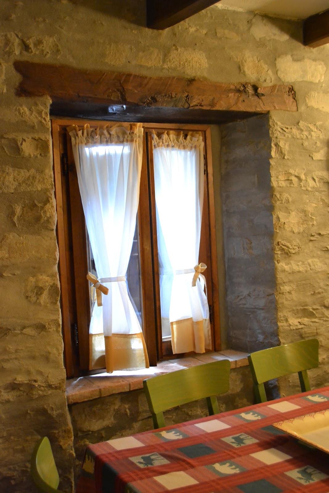 Country the blue dog sartoria d 39 interni tende con fiocchi e cuori in una deliziosa casa di montagna - Tende casa montagna ...