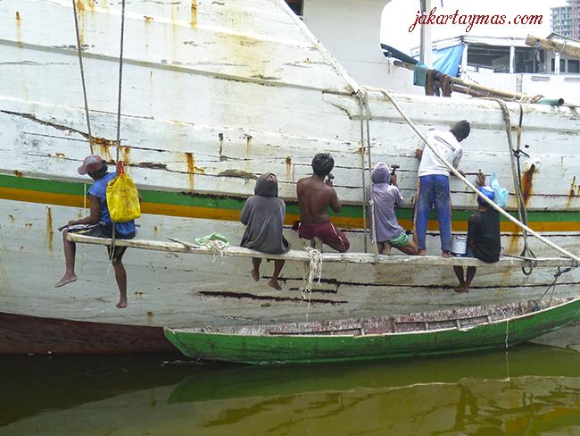 Marineros arreglando un barco en Sunda Kelapa, puerto de Yakarta