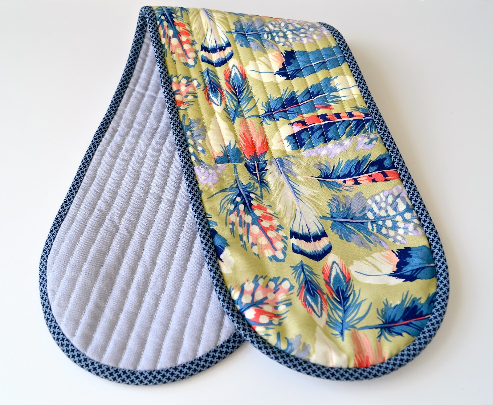 Free Patterns For Quilted Oven Mitts : she can quilt: Adrianne s Oven Mitt - a 2013 FAL tutorial