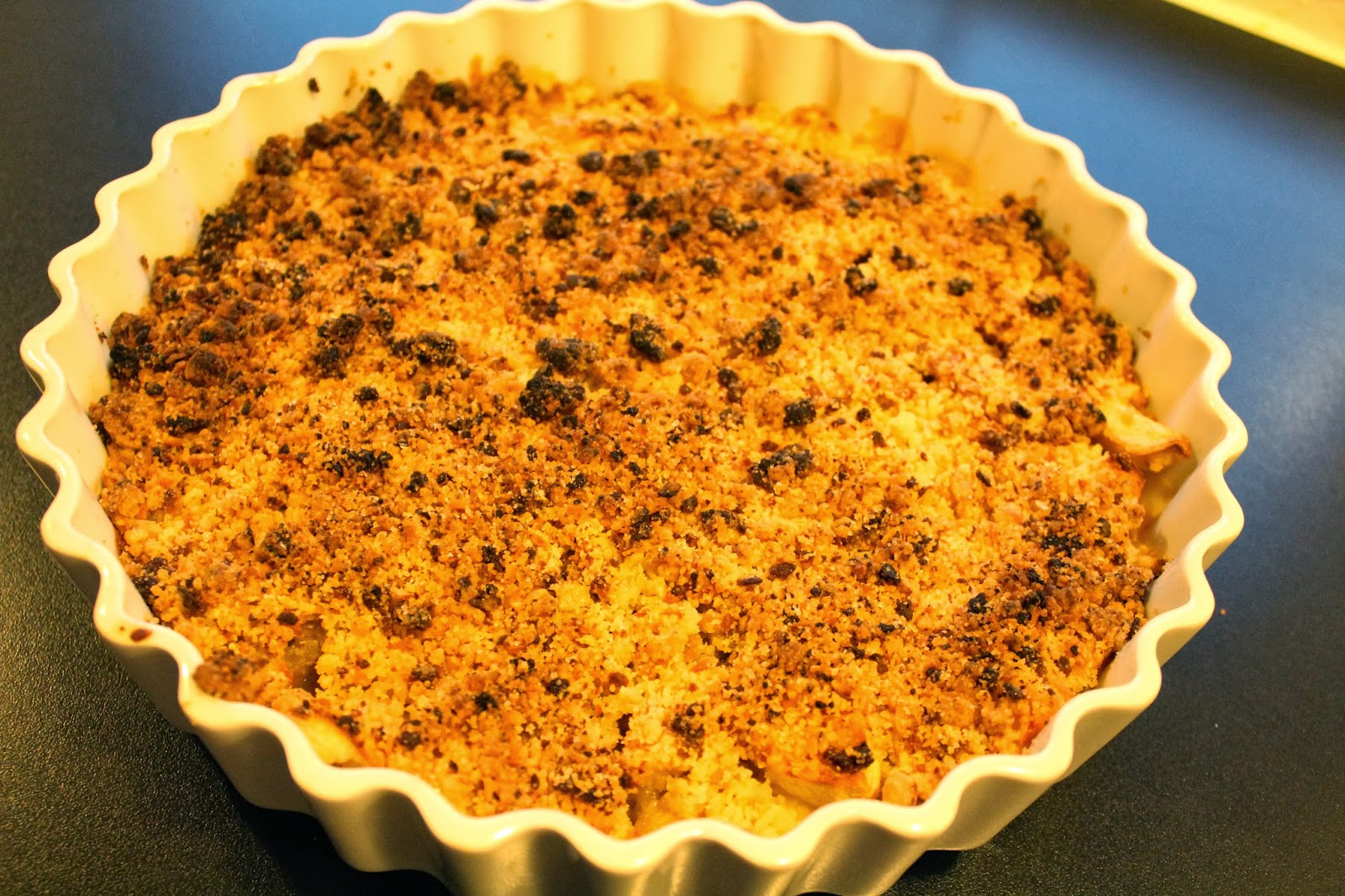 Ager bager: Krydret æbletærte med smuldredej