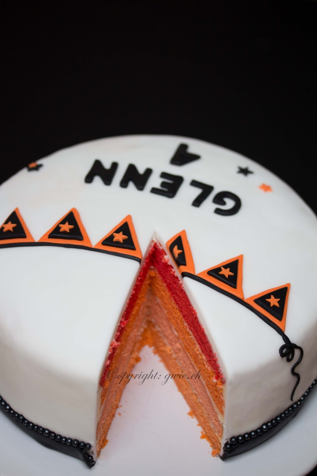 oranges velvet cake, velvet cake, fondant torte, torte mit fondant, torte zum 4. geburtstag, 4 geburtstag, glenn 4 jahre, glenn, wimpelkette aus fondant