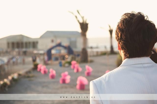 camino de antorchas decoración en rosa es lo novio de espaldas