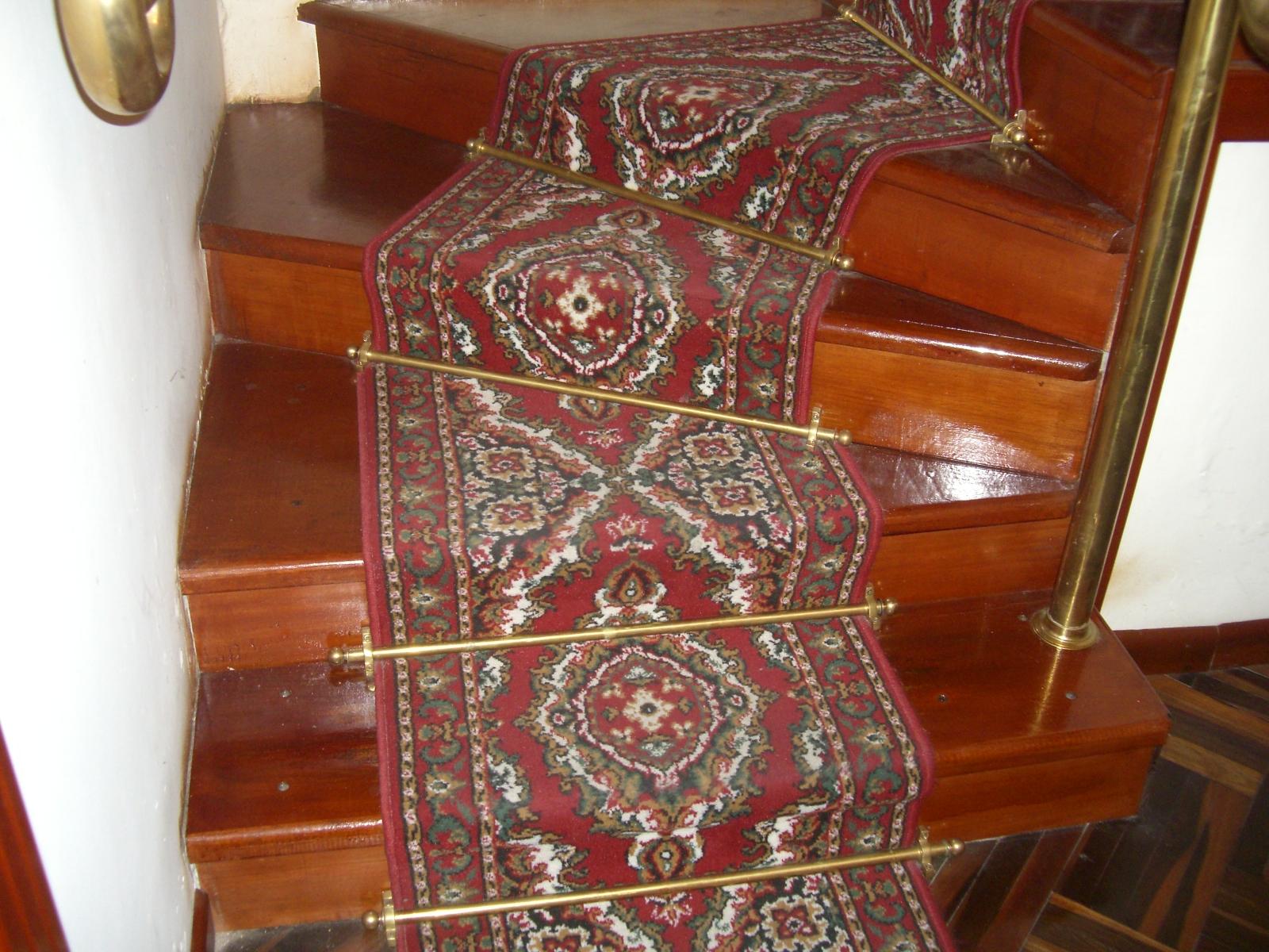 Camino en alfombra para escalera con varillas de bronce - Alfombras para escaleras ...