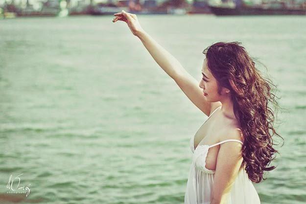 Người đẹp lộ hàng trắng xinh