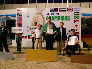 O gaúcho Geraldo von Rosenthal posa com a inédita medalha de ouro conquistada na etapa da Tailândia da Copa do Mundo de Tiro Esportivo - Divulgação/CPB