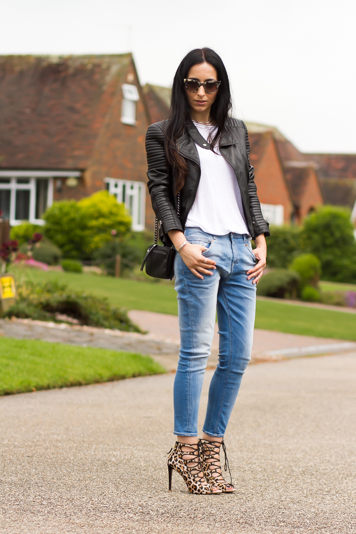 Estilismo con jeans y chaqueta de cuero de la blogger de moda valenciana withorwithoutshoes