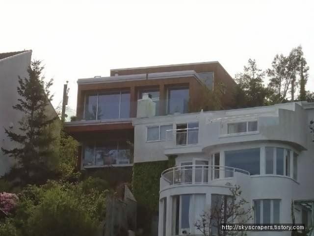Casa contemporánea de madera en Canadá sobre pendiente negativa