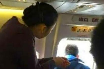 Pertama Kali Naik Pesawat, Penumpang Ini Buka Pintu Darurat