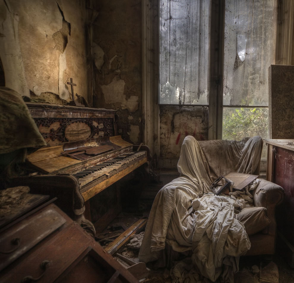 Vermont dead line hauntingly beautiul abandoned mansion s for Classic house piano