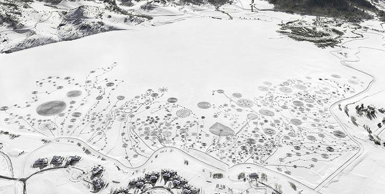 La artista Sonja Hinrichsen crea masivos dibujo en un lago congelado