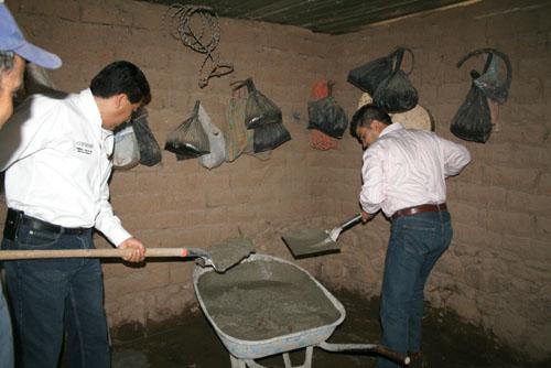 Cambian piso de tierra por concreto en siete comunidades for Nivelar piso de tierra