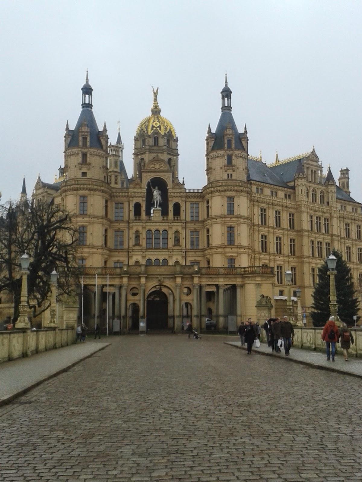 Frontseite und Eingang zum Landtag vom Schloss Schwerin