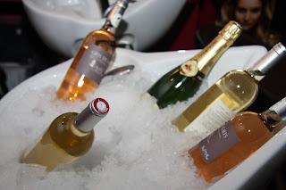 Bacs à shampoing transformés en réserve de glace et de vin.