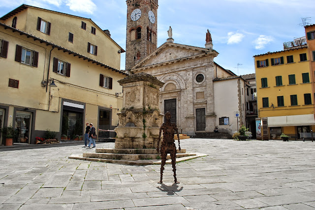 Place du village de poggibonsi, sculpture, église