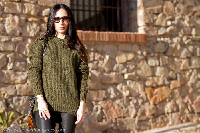 Jersey oversize khaki verde militar y pantalones cuero negros MUUBAA